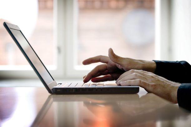 Nuorten ei pitäisi tuntea häpeää pornon katsomisesta. Kuvituskuva.