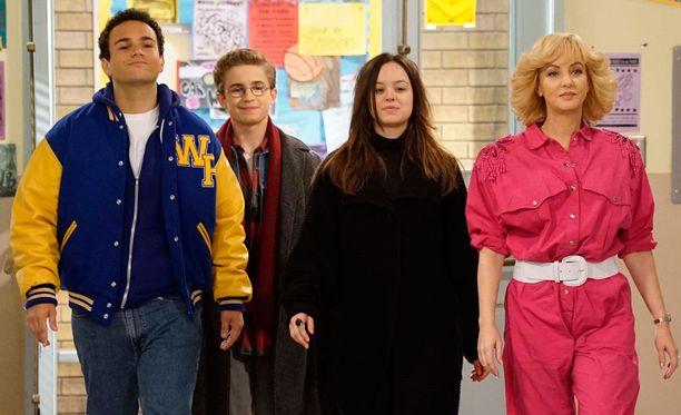 Barry, Adam ja Erica ovat avausjaksossa aivan kauhuissaan, kun Beverly ilmestyy koulun käytäville sijaisopettajana.