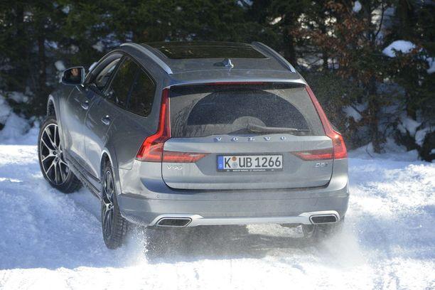 Suomeen tuotavissa Cross Country-Volvoissa on varusteena aina neliveto ja 8-portainen automaattivaihteisto. Moottoreita on kaksilitraiset dieselit D4 ja D5, sekä bensiinimoottorit T5 ja T6. Varustetasoja on kaksi, Plus ja Pro.