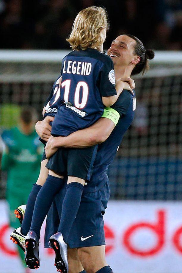Zlatanin silmäkulmat kostuivat, kun hänen lapsensa juoksivat kentälle.