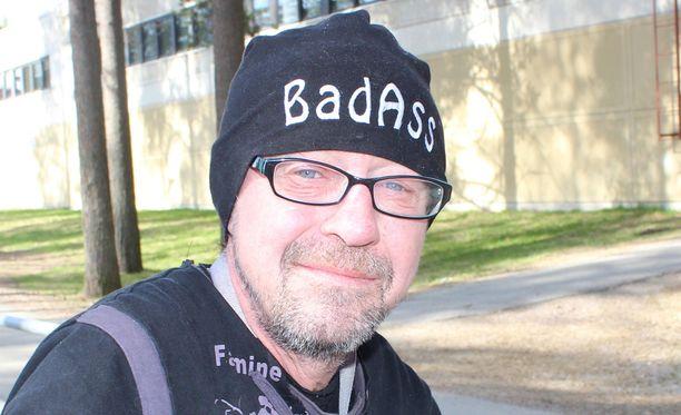 Hausmylly tavaramerkin omistava Enzo Pulkkinen pahoitti mielensä yhtyeen ex-laulajan toimintaan.