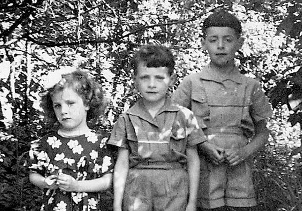 – Masha, Kirill ja Sammy. Kaikki kesät vietimme aina maalla. Isä vuokrasi meille kesäpaikan aina eri paikasta.