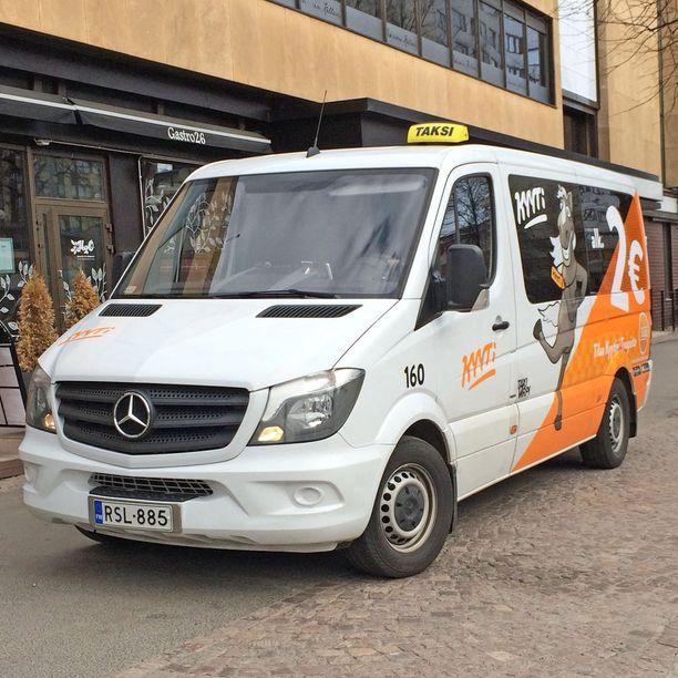Kimppatakseja ajavat kuljetus- ja taksiyrittäjät.