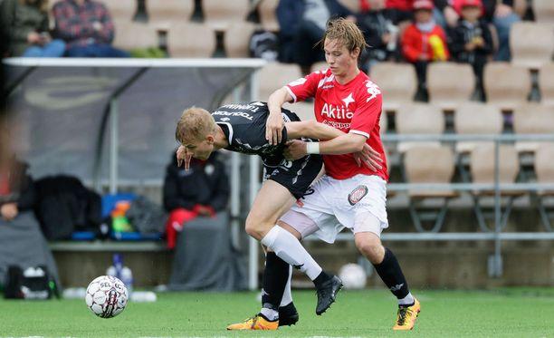 Fredrik Lassas (oikealla) ja Jasse Tuominen kamppailivat sateisella Sonera-stadionilla.