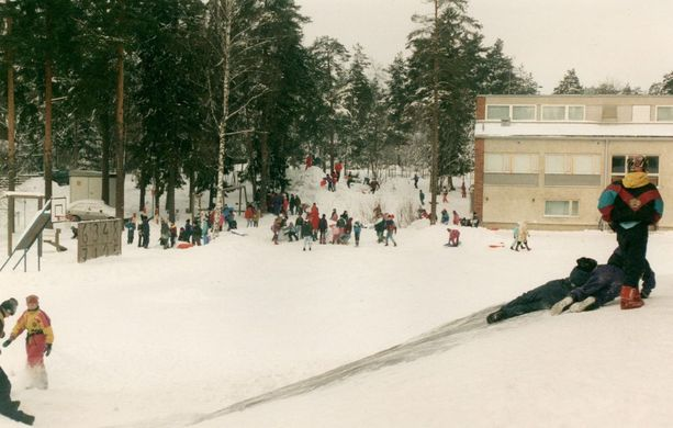 Ulla ja Pekka Leinonen opettivat Kauniaisten Mäntymäen koulussa. Kuvassa koulu 1980-1990-luvun vaihteessa.