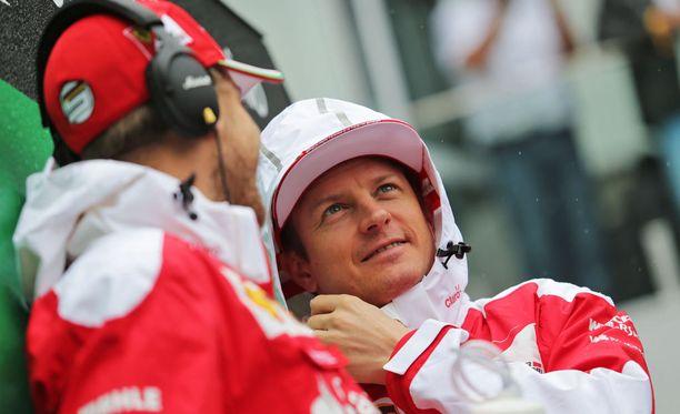 Kimi Räikkönen jäi kakkoseksi tallikaverien välisessä taistossa kauden avauskilpailussa.