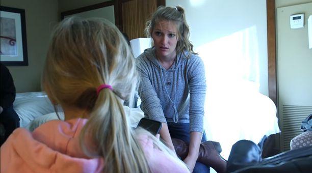 Syyttäjänviraston uhriasiantuntija Jennifer Gosko keskustelee ratsiassa löydetyn lapsen kanssa Coloradossa.