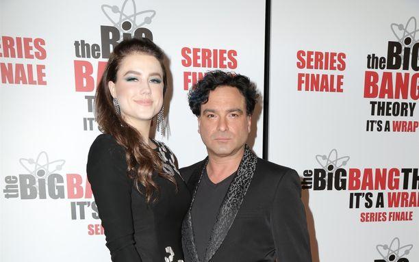 """Emmy-ehdokkuuden parhaasta miespääosasta Rillit huurussa -sarjasta saanut John """"Johnny"""" Galeck  ja Alaina Meyer ovat saamassa perheenlisäystä."""