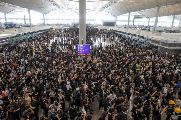 Hongkongin kansainvälisellä lentokentällä on kaaos.