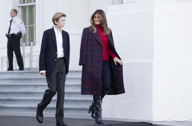 Melania ja Barron Trump muuttivat Valkoiseen taloon kuukausia Donaldin jälkeen.