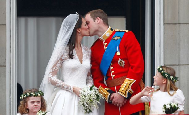 Buckinghamin palatsin parvekkeella Catherine ja William vaihtoivat ensimmäisen suudelman avioparina.