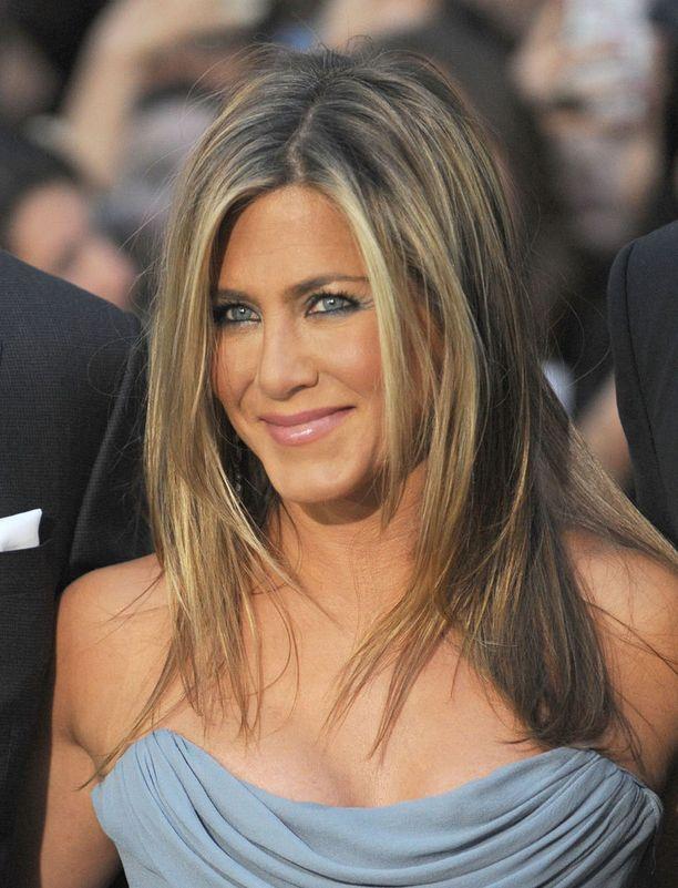 Tämä tuttu tukkatyyli on poissa! Jennifer Aniston joutui leikkaamaan hiuksensa epäonnistuneen käsittelyn takia.