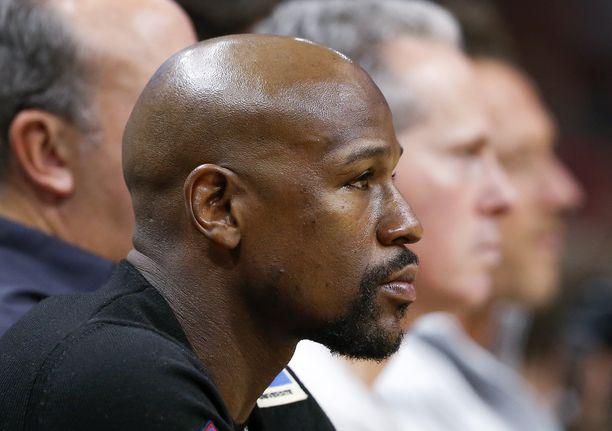 Floyd Mayweather kiertelee Lakersin pelejä ahkerasti.