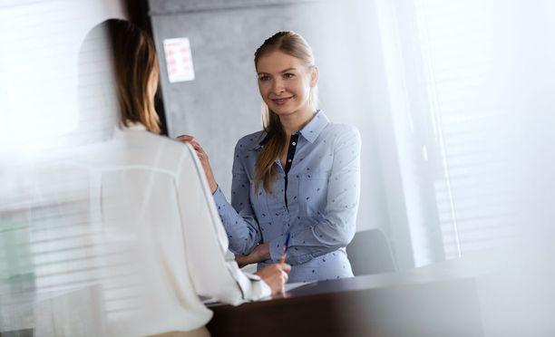 Hotellin vastaanottovirkailijoiksi on liikaa hakijoita suhteessa työpaikkoihin.