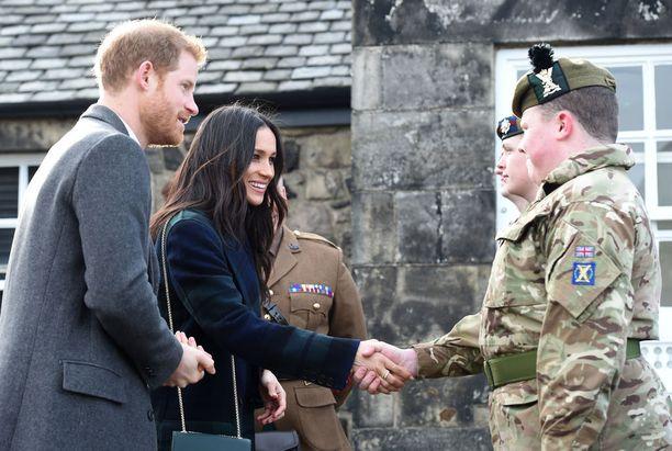 Prinssi Harryn armeijatausta näkyy hänen ja Meghan Marklen häissä.