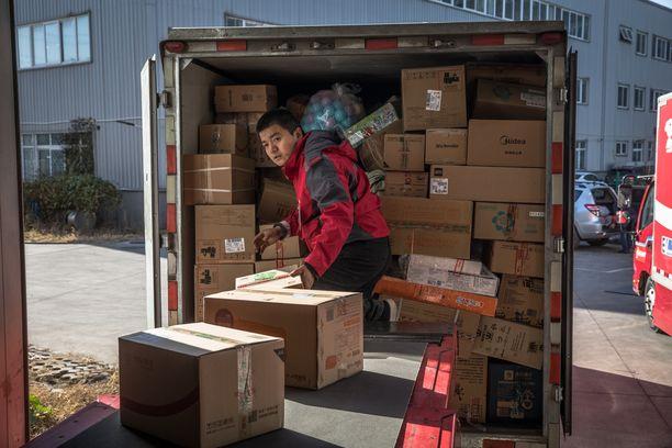 Kiinasta on kehittynyt viime vuosina yksi maailman verkkokaupan keskuksista. Verkkokauppajätti JD:n työntekijä purki pakettilähetystä Pekingissä viime marraskuussa.