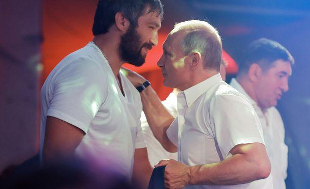 Aleksandr Ovetshkinilla ja Vladimir Putinilla on läheiset välit.