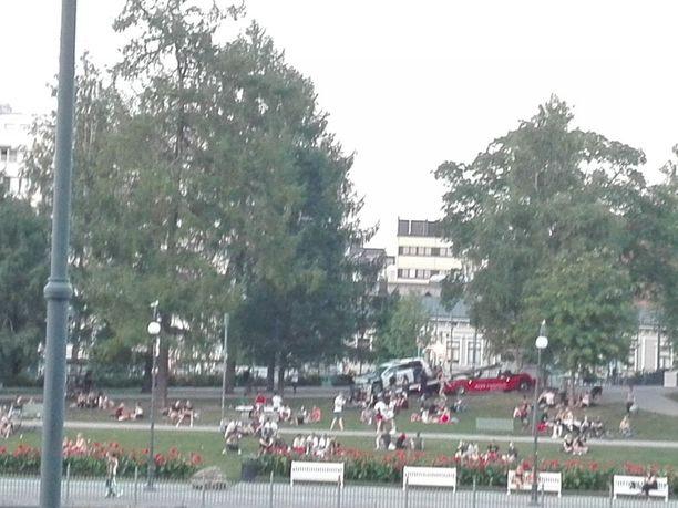 Iltalehden lukijan ottamassa kuvassa näkyy, kuinka päin puuta valunutta autoa nostetaan hinausauton kyytiin.