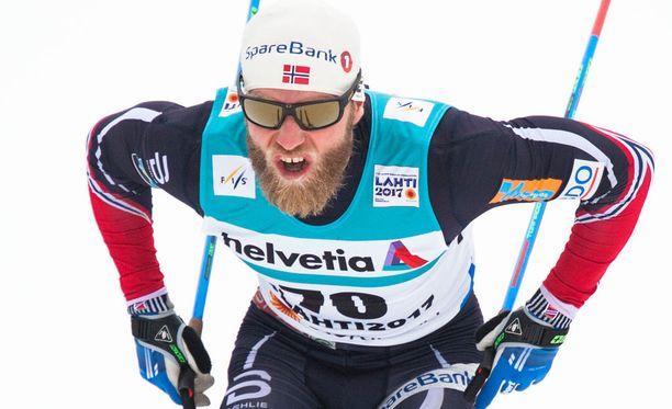 Martin Johnsrud Sundbyn poika odotti isänsä voittoa.