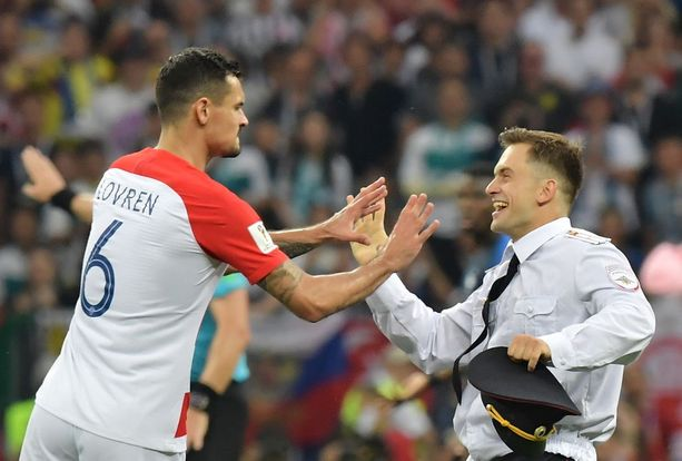 Kroatian pelaaja Dejan Lovren riiteli kentälle ilmestyneen Verzilovin kanssa MM-finaalissa, jossa pelasivat vastakkain Kroatia ja Ranska.