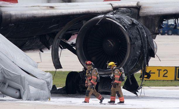 Koneen moottori syttyi tuleen kiitoradalla.