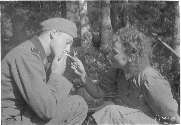 Saksalainen sotakirjeenvaihtaja lottien vieraana etulinjojen kanttiinissa. Kuva on otettu elokuussa 1941.