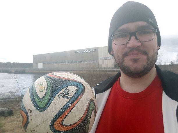 Jarmo Harju pelasti 17-vuotiaan futisjuniorin lempipallon Kemijoesta.