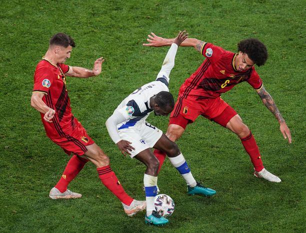 Glen Kamara Belgiaa vastaan jalkapallon EM-kisoissa.