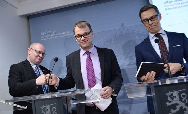 """Jari Lindström, Juha Sipilä ja Alexander Stubb tekivät """"fist bumpit"""" kertoessaan yhteiskuntasopimuksen eli kilpailukykysopimuksen onnistumisesta vuonna 2016. Työllisyystoimet olivat osa sopimusta."""