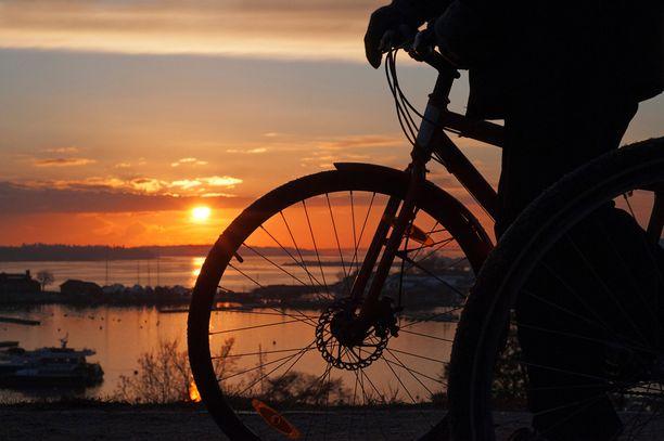 Polkupyörän selässä maiseman kokee läheltä.