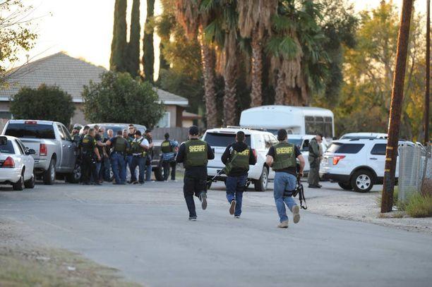 Poliisi juoksi rikospaikalle, jossa kaksi raskaasti aseistettua ampujaa surmasi ihmisiä kylmäverisesti.