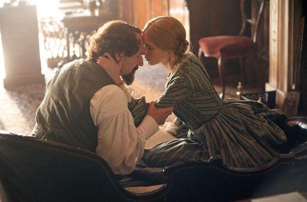 Dickensiä esittää Ralph Fiennes ja Nellya Felicity Jones.