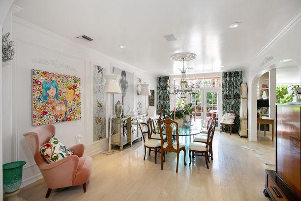 Ruokailuhuoneessa on yhdistelty rohkeasti erilaisia kuoseja ja huonekaluja.