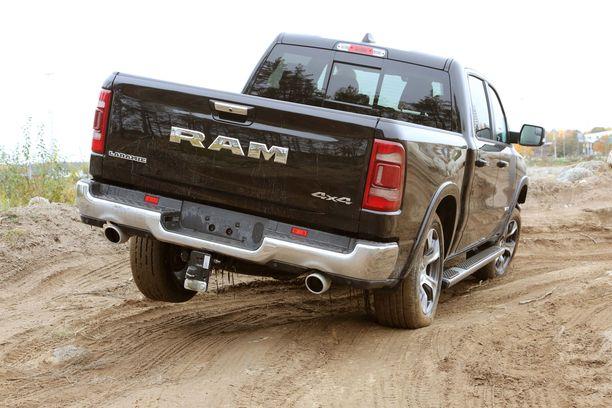 Ram 1500:n vetomassa on 3 500 kiloa. 4x4-tunnuksesta huolimatta avolavalla voi ajaa myös takavedon turvin.