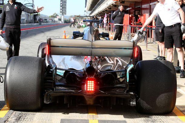 Lewis Hamilton testasi takavaloja eilen.