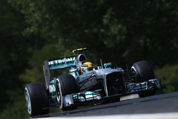 Lewis Hamilton lähtee sunnuntaina paalulta.