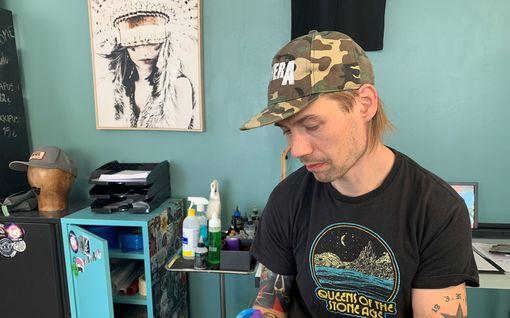"""Kultaleijona on nyt tatuoija – näin syntyy taideteos toimittajan ihoon: """"Voi vähän tehdä kipeää"""""""