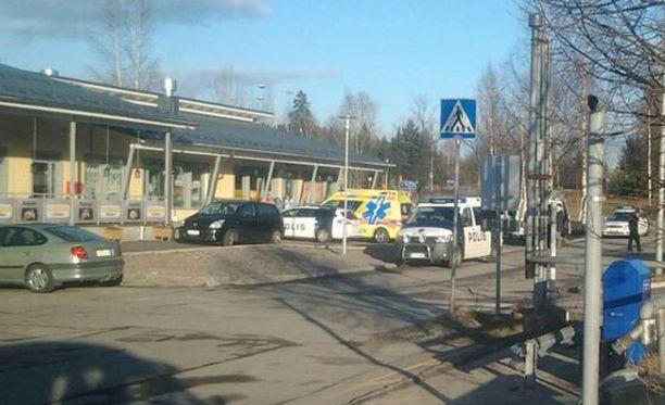 Poliisi teki kiinniottoja Vihdin keskustassa.