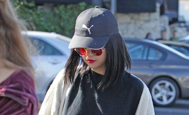 Vielä kolme päivää sitten Selena kuvattiin tummassa tukassa Los Angelesissa.