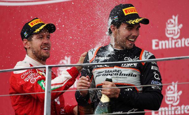 Sebastian Vettel (vas.) ja Sergio Perez tuulettivat menestystään Bakussa.