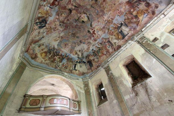 Vanhan palatsin autioituneen kappelin kattomaalaus on rapistuneenakin kaunis. Maalaus on valmistunut 1730-luvulla ja on noin 20 metriä pitkä.