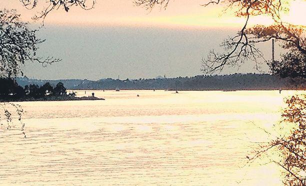 Tämä eläköityneen everstiluutnantin Sven-Olof Kvimanin ottama kuva osoittautui Ruotsin puolustusvoimain analyysissä vääräksi hälytykseksi. Epäilty sukellusvenehavainto on oikeanpuoleisin kuvan keskellä näkyvistä tummista pisteistä. Kontra-amiraali Anders Grenstadin mukaan kyseessä on työvene nimeltä Timebandit.