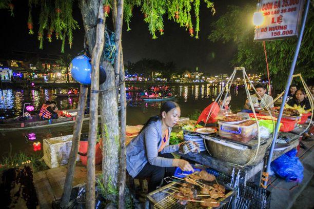 Illalla joen varressa maistuu grilliruoka.