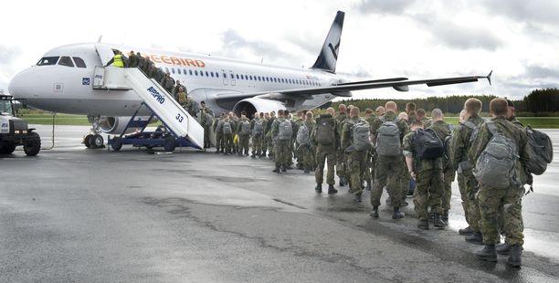 Suomalaisia rauhanturvaajia lähdössä Libanoniin toukokuussa 2012.