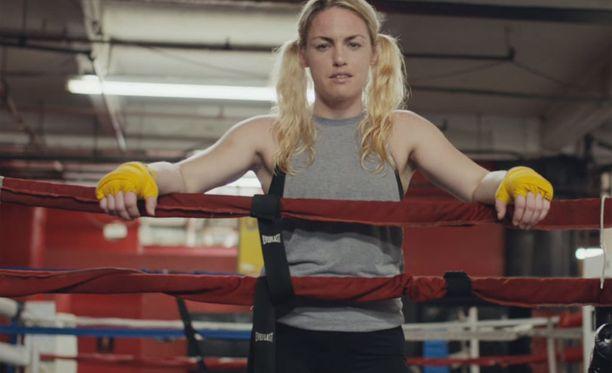 Nyrkkeilijä Heather Hardy on yksi videolla esiintyvistä naisista.