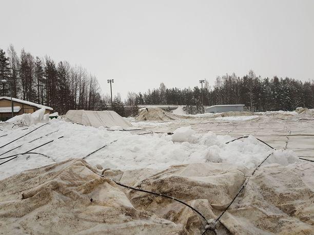 Vihdin Nummelassa sijaitseva kuplahalli romahti lumen painosta viikonloppuna.