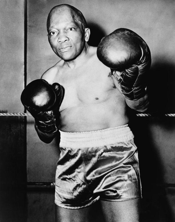Jack Johnson oli nyrkkeilyhistorian ensimmäinen afroamerikkalainen raskaansarjan maailmanmestari.