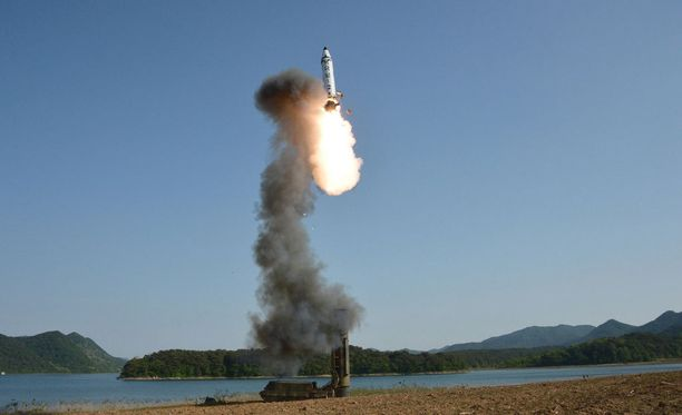Pohjois-Korean valtiollinen uutistoimisto julkaisi kuvan sunnuntain ohjuskokeesta maanantaina.