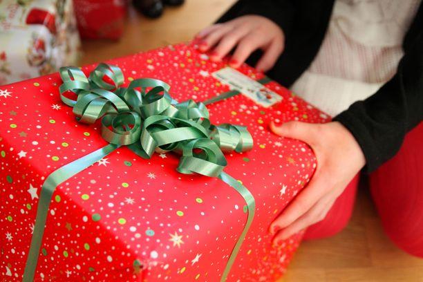 Vähävaraisissa perheissä ei ole välttämättä varaa ostaa lapsille joululahjoja. Kuvituskuva.