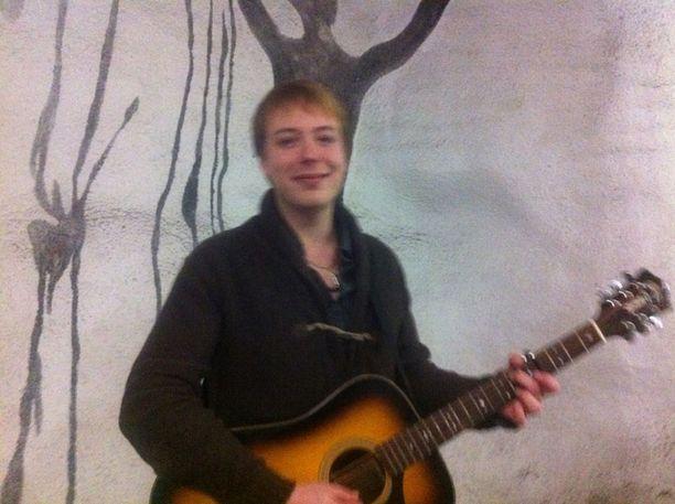Elias Hämäläinen soitti kitaraa Kaisaniemen metrotunnelissa maanantai-iltapäivällä.